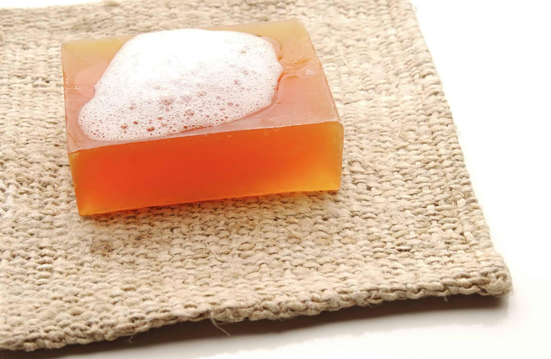 A glicerina é vendida em barra e precisa ser derretida na hora de fazer o sabonete artesanal.