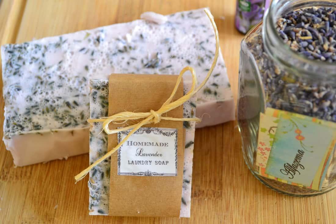 O sabonete artesanal tem os benefícios de usar ingredientes naturais.