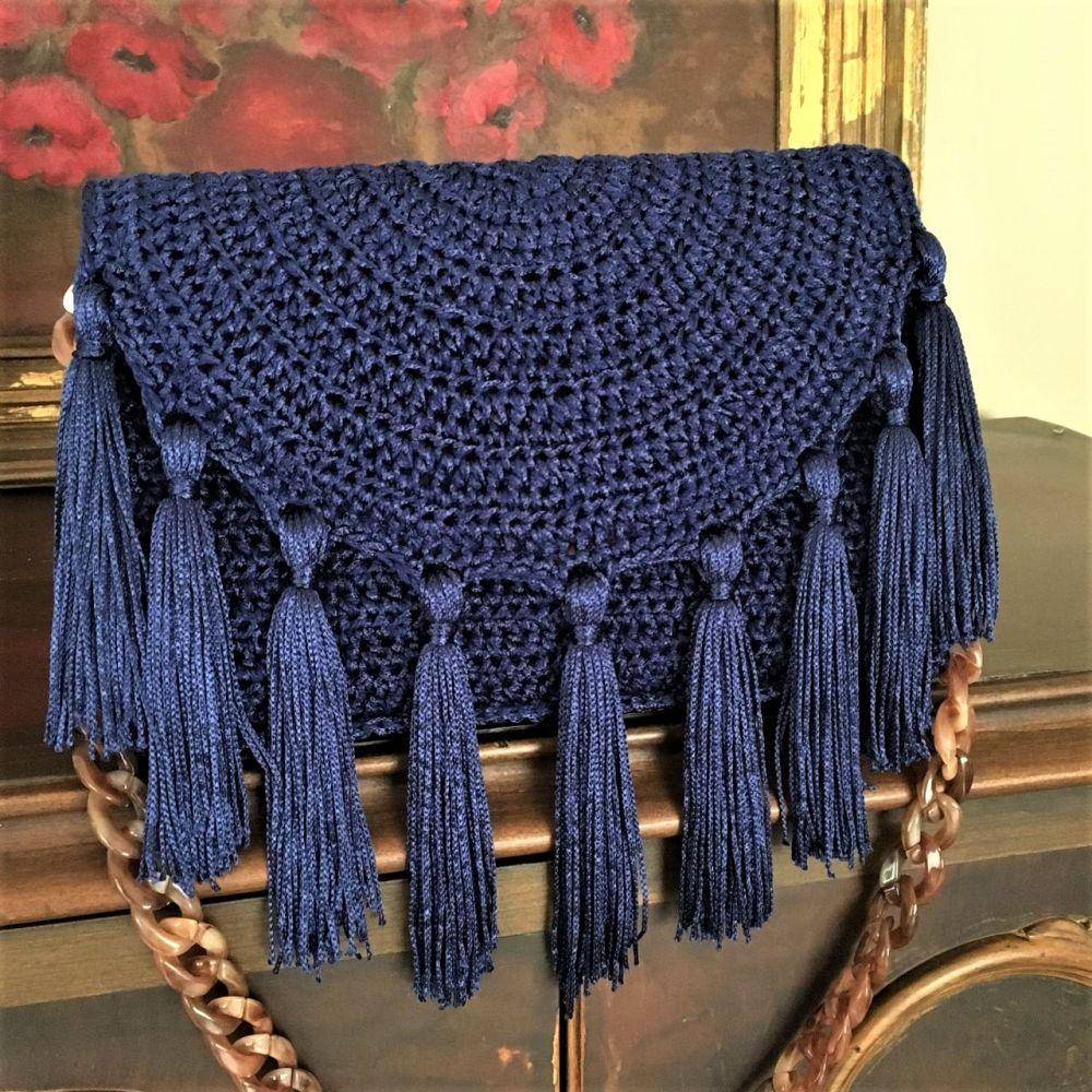 Bolsa de crochê com tassels e alça de corrente.