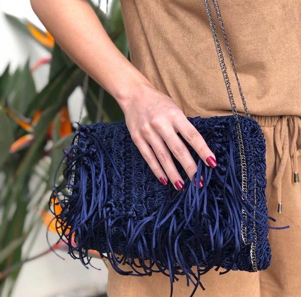 Bolsa de crochê com cordões soltos tipo franja.