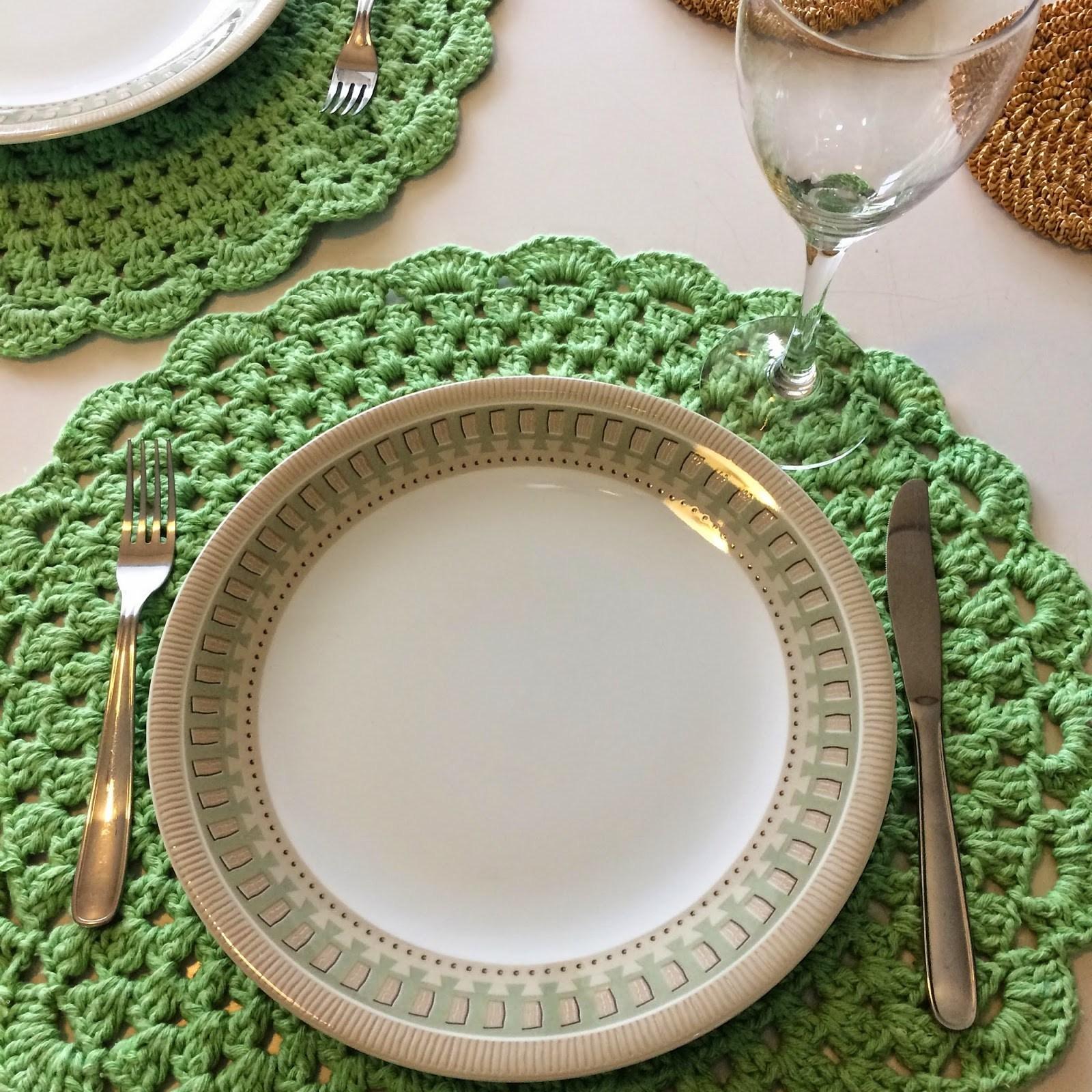 O sousplat serve de apoio para prato, para proteger a toalha e demarcar o lugar na mesa.