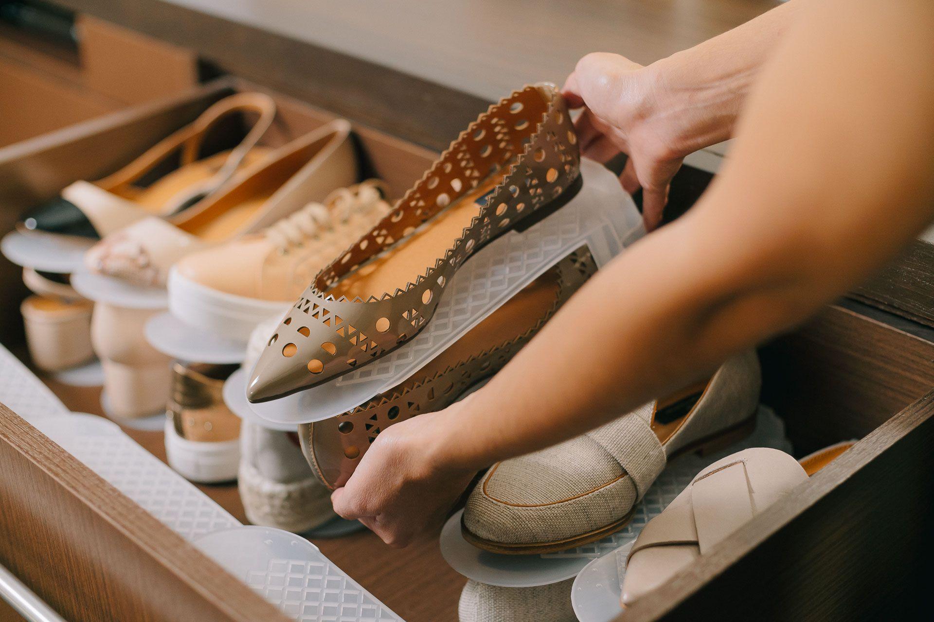 Resultado de imagem para sapatos empilhados