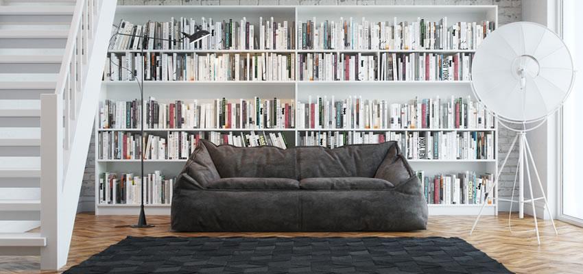 Biblioteca em casa com estantes