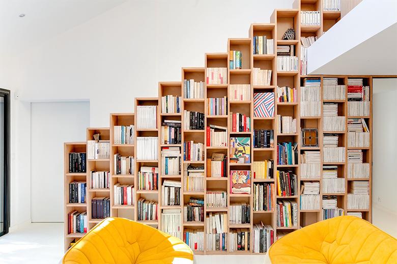 Biblioteca em casa com nichos em painém de escalada