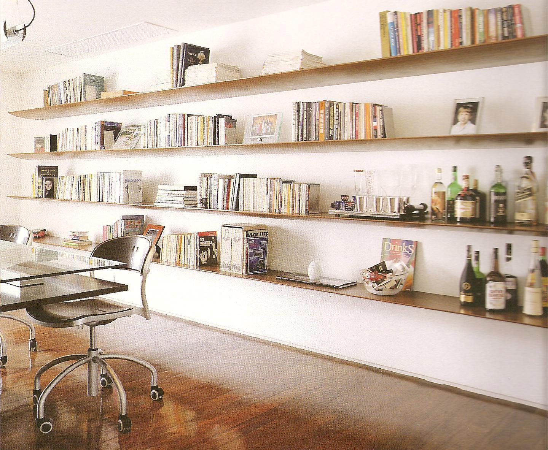Biblioteca em casa com prateleiras