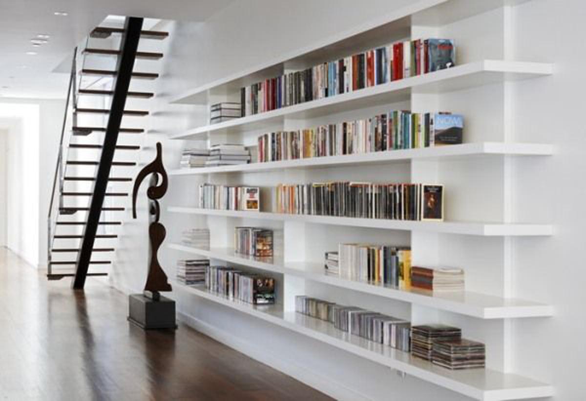 A biblioteca em casa pode ser colocada embaixo do vão da escada.