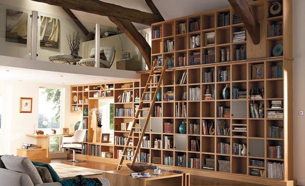 Biblioteca em casa incorporada à sala de estar.