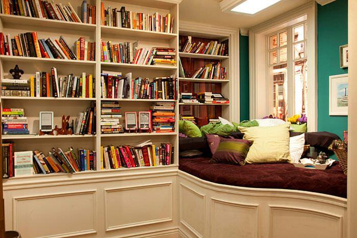 A biblioteca em casa deve priorozar o conforto no cômodo.