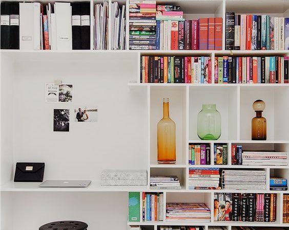 A biblioteca em casa deve ter livro se objetos bem organizados e acessíveis.