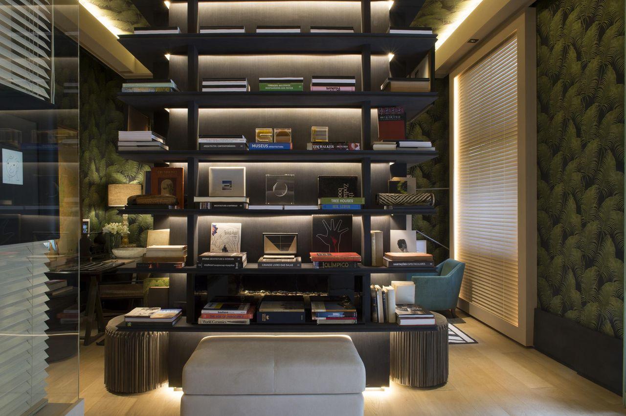 Biblioteca em casa trabahando a estética com prateleiras iluminadas.