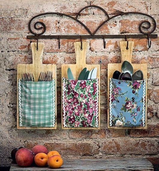Porta-talheres com tábuas de madeira
