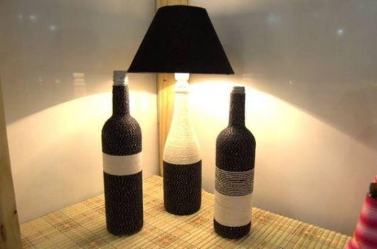 Abajur com garrafa de vidro como decoração