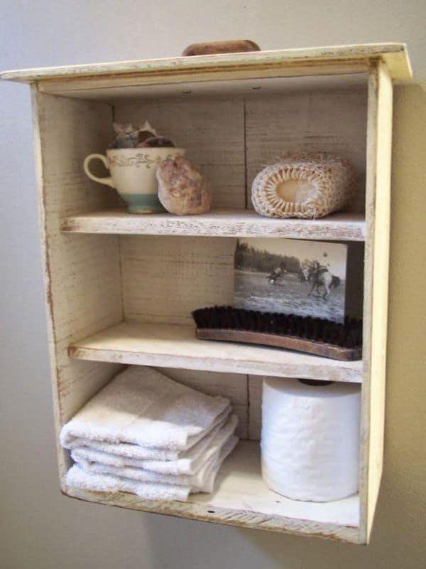 Gavetas velhas usadas como armários para decoração