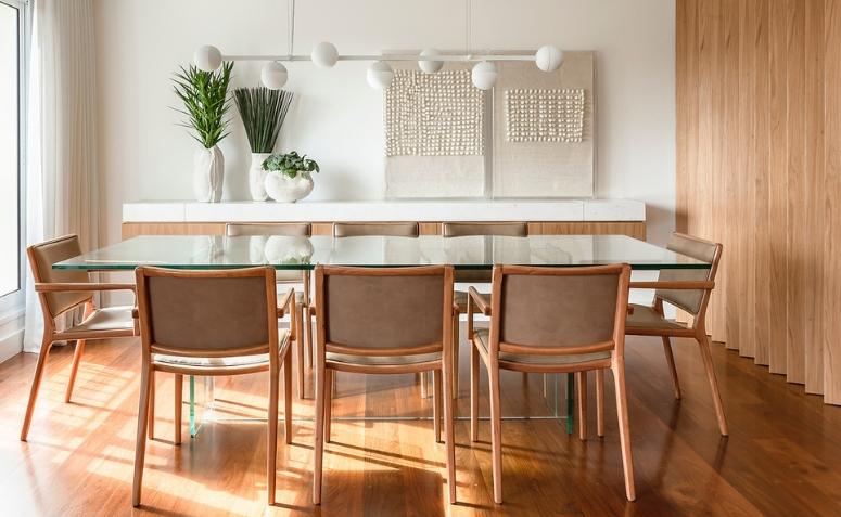 Mesa de vidro e cadeiras de madeira
