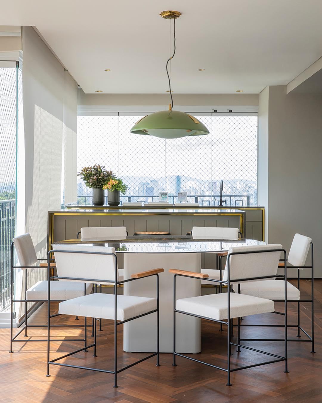 Mesa de vidro na cozinha
