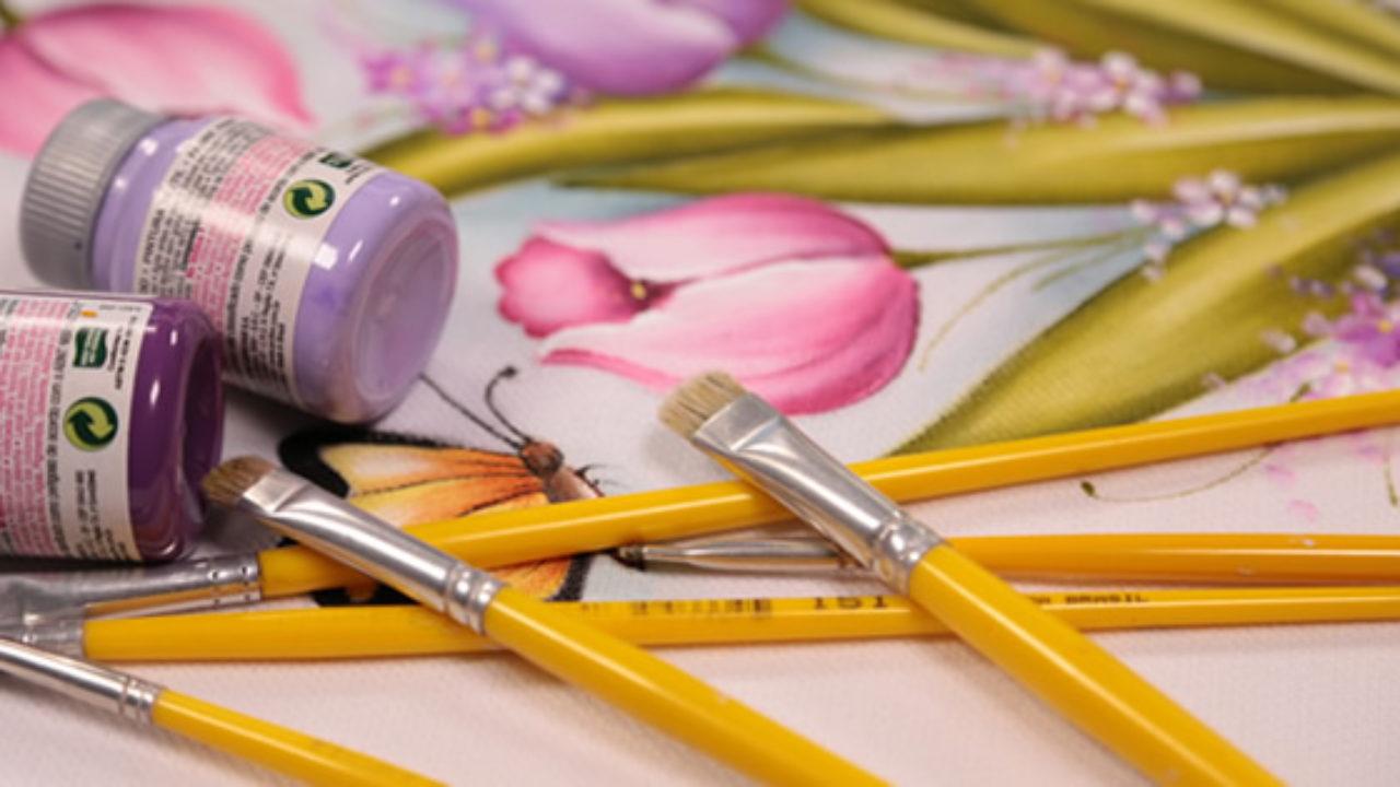 Existem diferentes tipos de pincéis para a pintura em tecido.