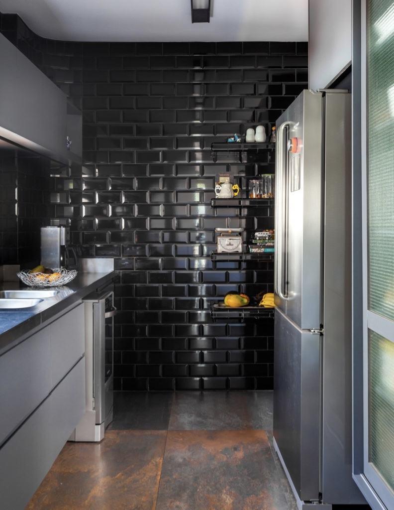 Cozinha com subway tiles pretos