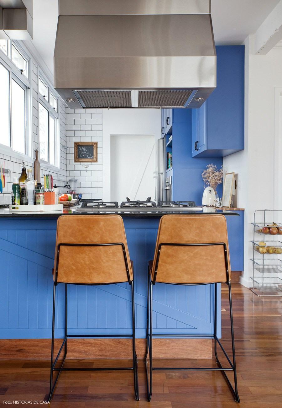 Parede branca e armários azuis