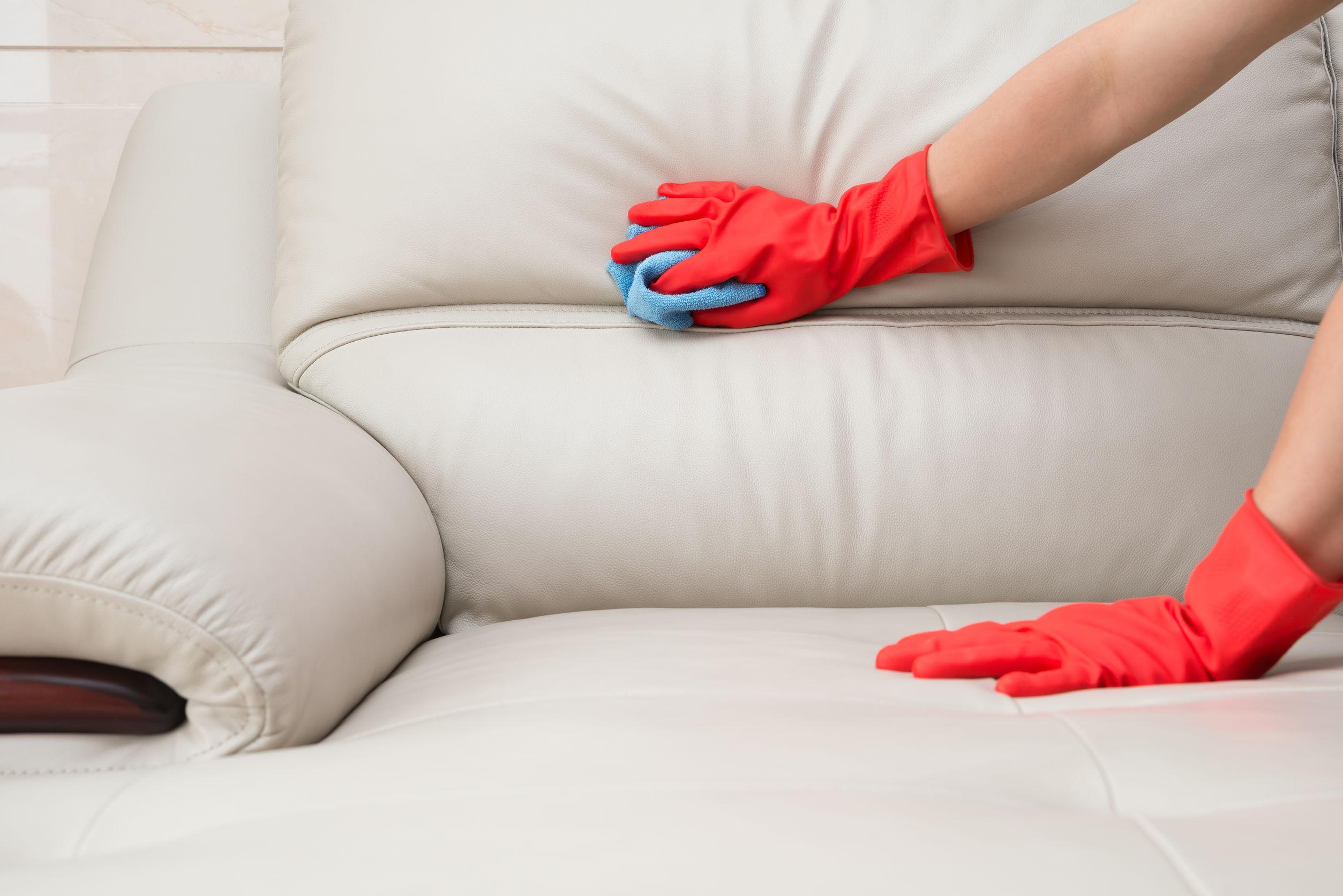 É fácil aprender como limpar sofá de camurça e veludo com soluções caseiras práticas.