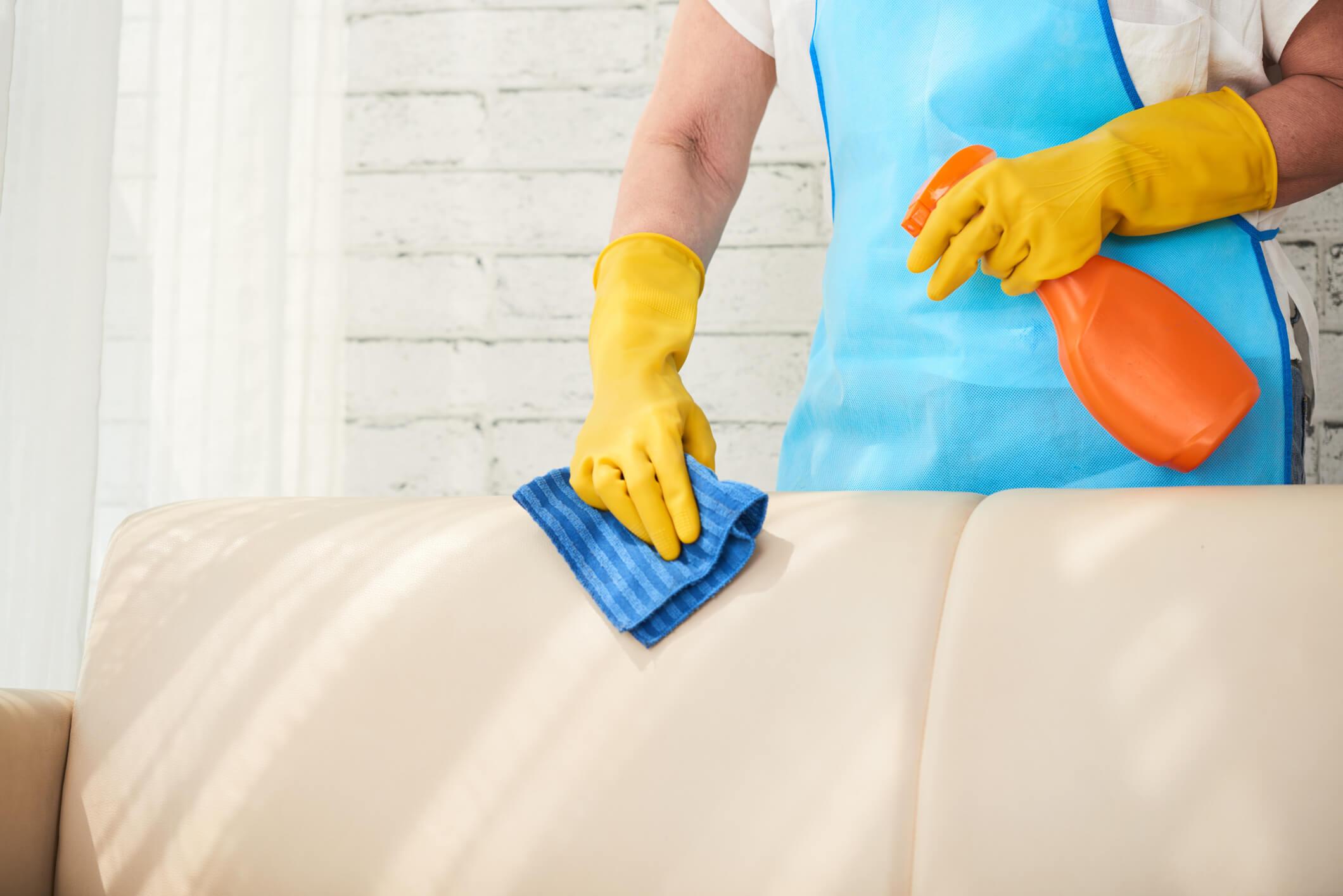 Saber como limpar sofá de camurça e veludo encardido é importante para mantê-lo com boa aparência.