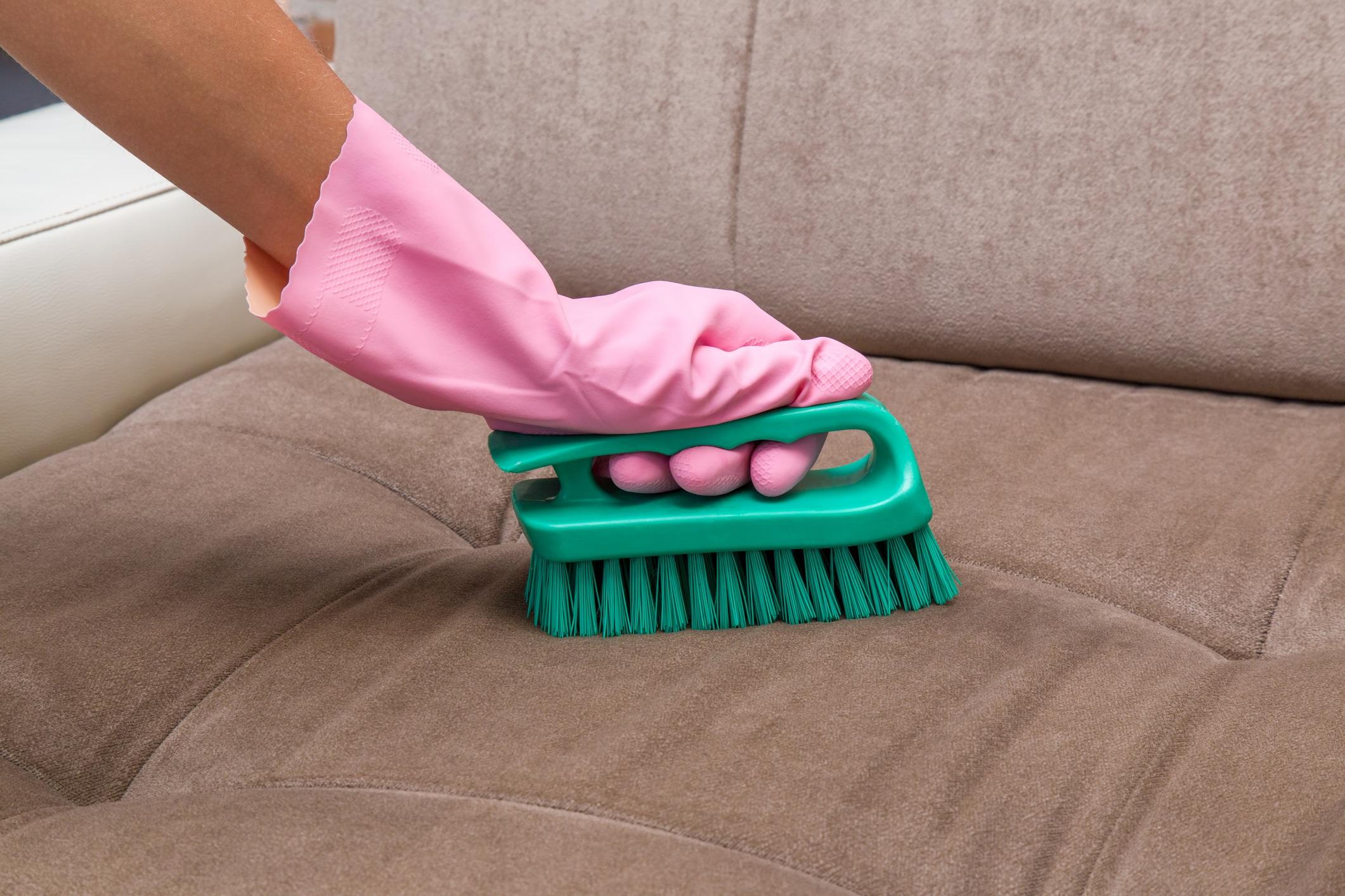 É possível saber como limpar sofá de camurça e veludo com escovações.