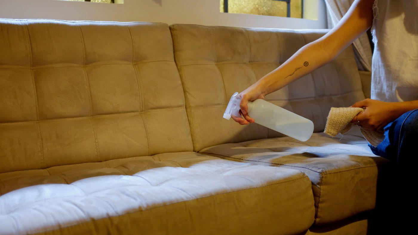 como limpar sofá suede
