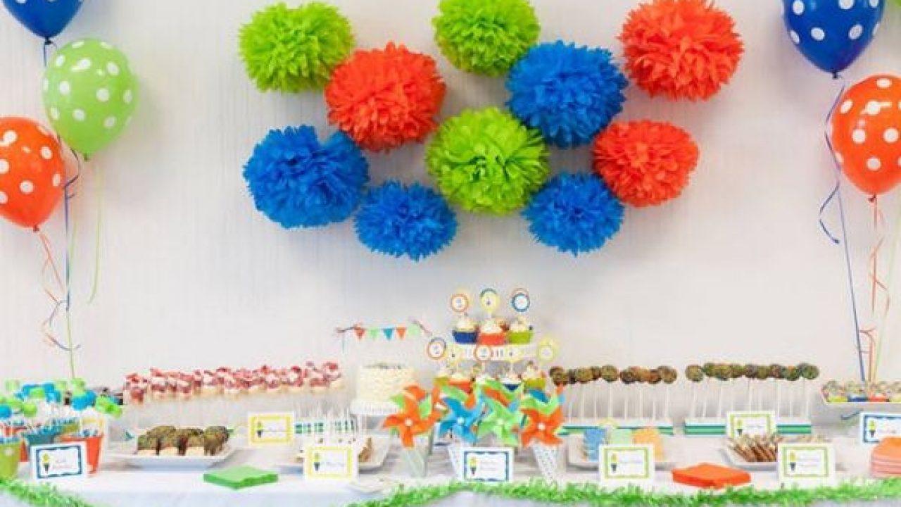 decoracao de festa infantil com pompom de papel de painél