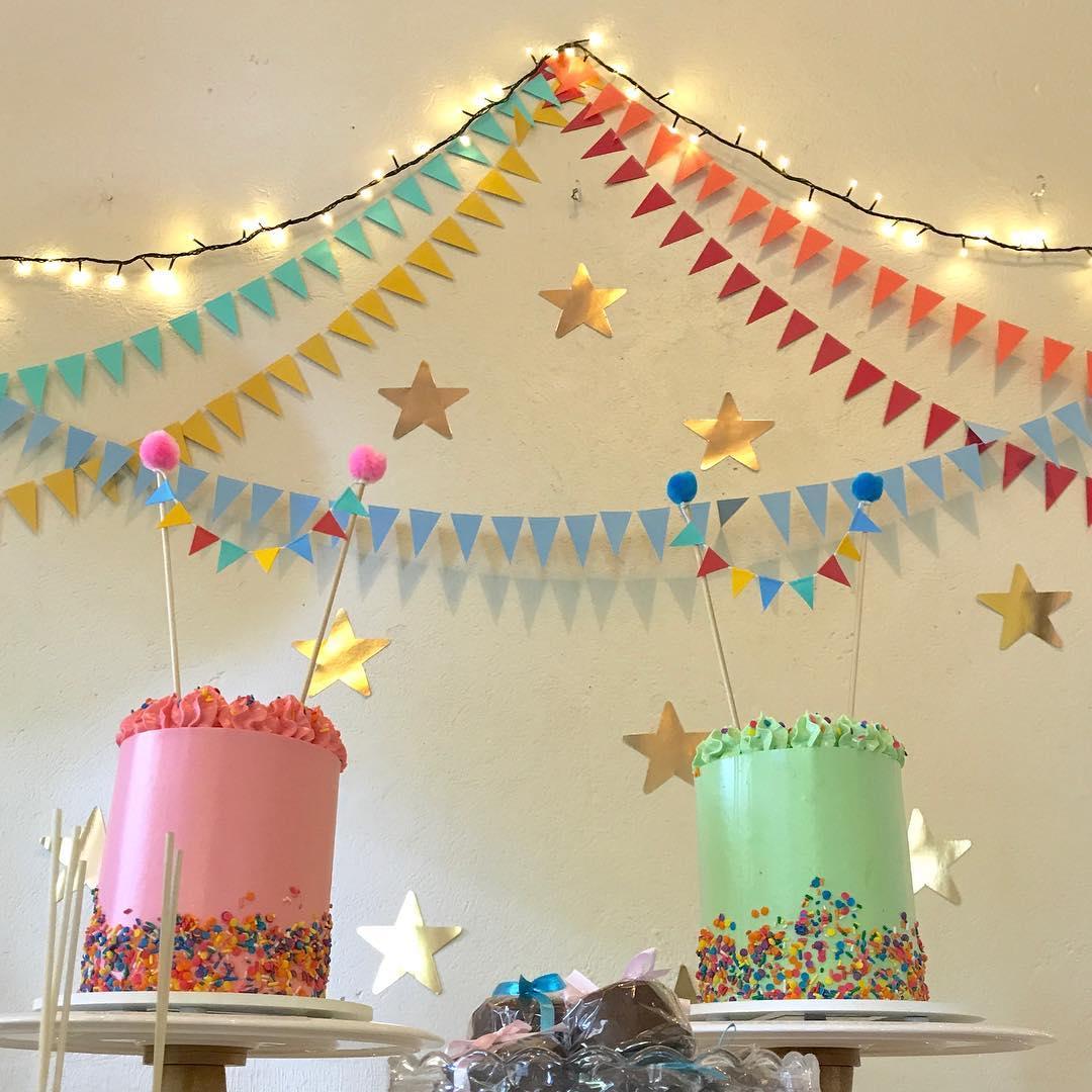 decoracao de festa infantil: cordão de luzes coloridas