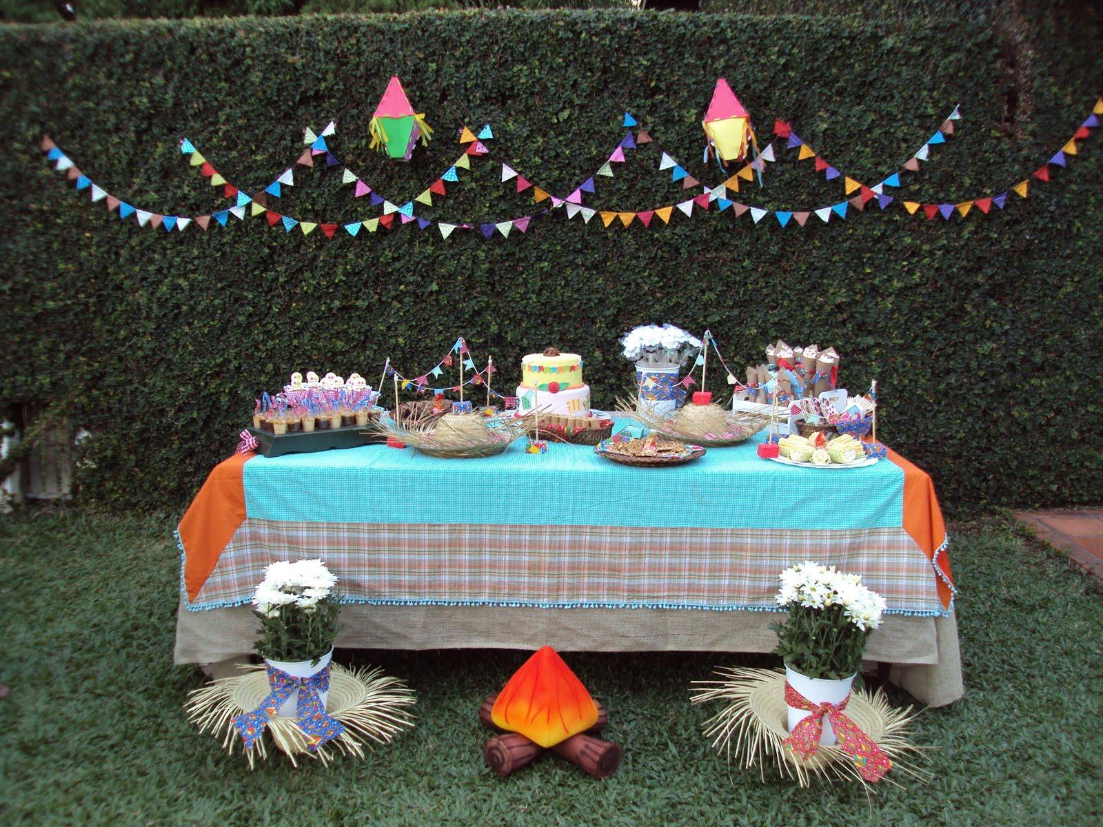 decoracao de festa infantil: mesa do bolo no jardim