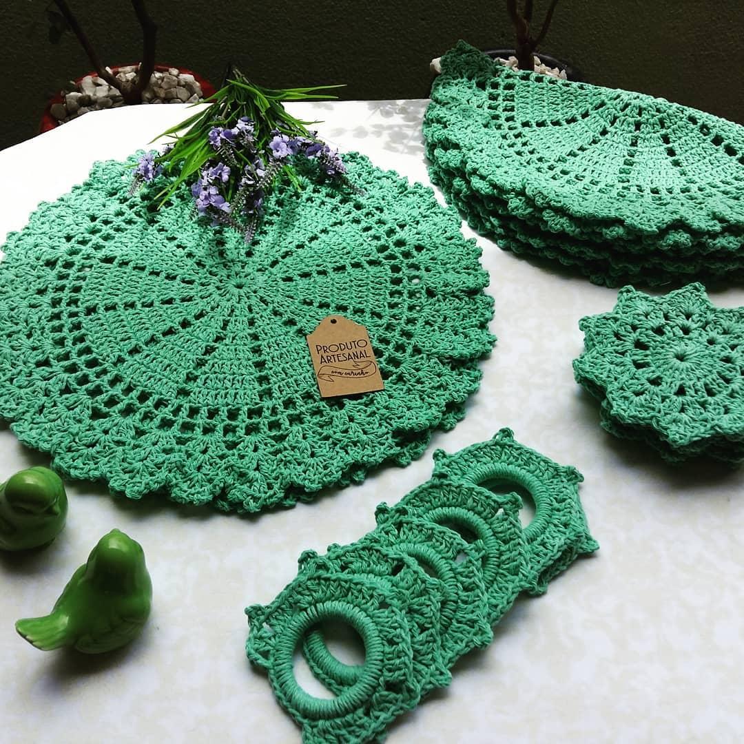 O guardanapo de crochê pode compor um kit completo de mesa.