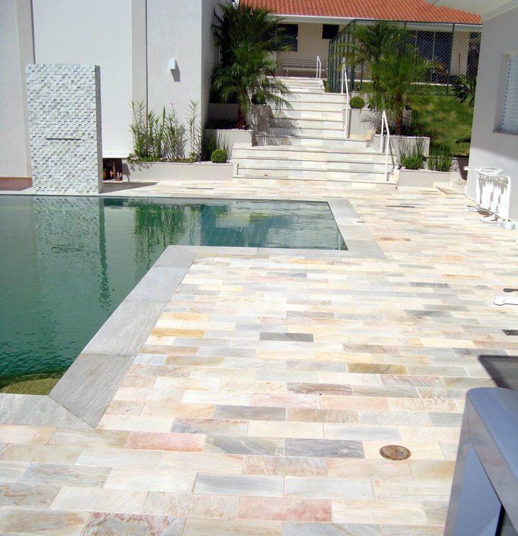Pedra mineira ao redor da piscina