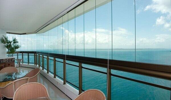 Sacada de vidro próxima ao mar