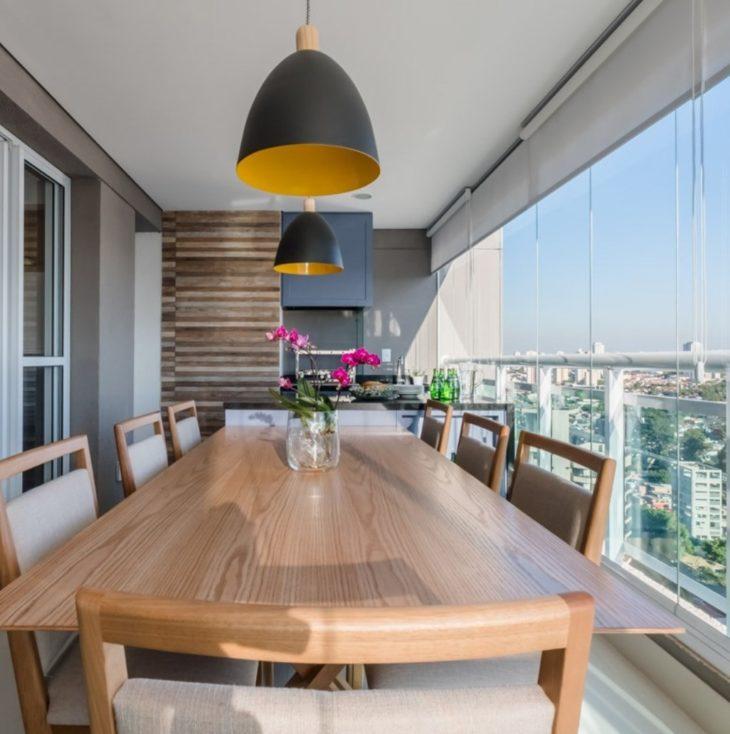 Luz do sol iluminando a mesa de jantar