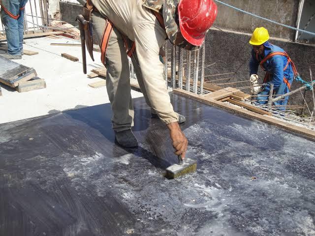 aplicando o desmoldante para concreto