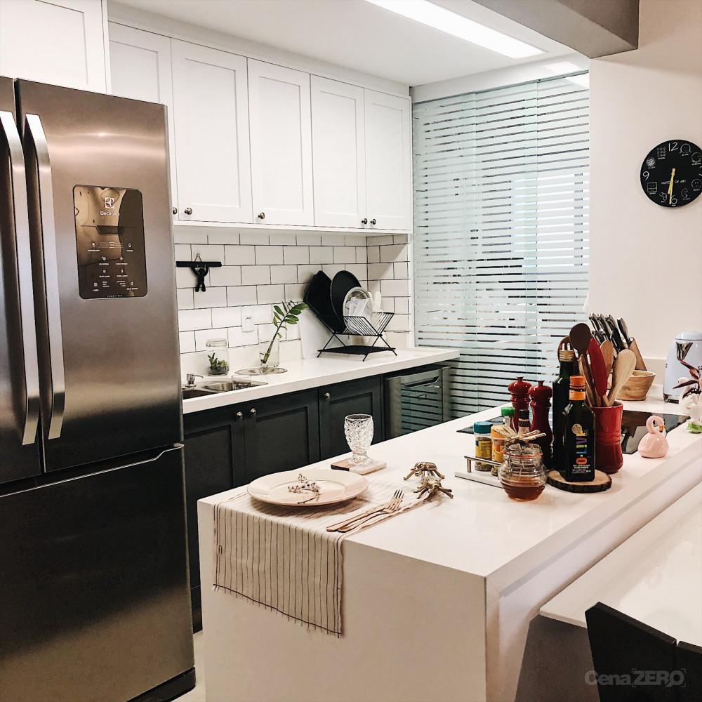 Outra cozinha escandinava que vai bem com eletrodomésticos modernos e armários nrancos e gabinetes pretos.