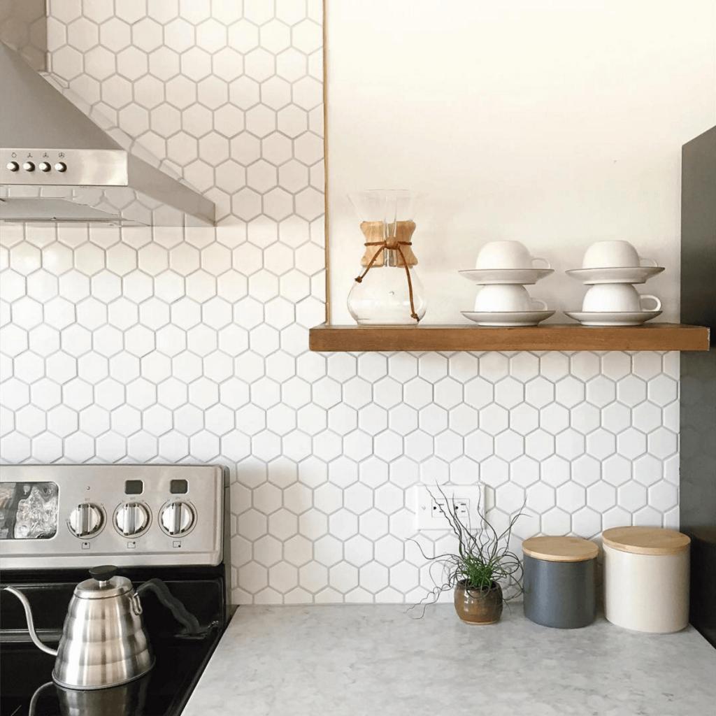 Revestimento de azulejos de formas geométricas para agregar textura mesmo em tons monocromáticos, característica exclusiva da cozinha escandinava.