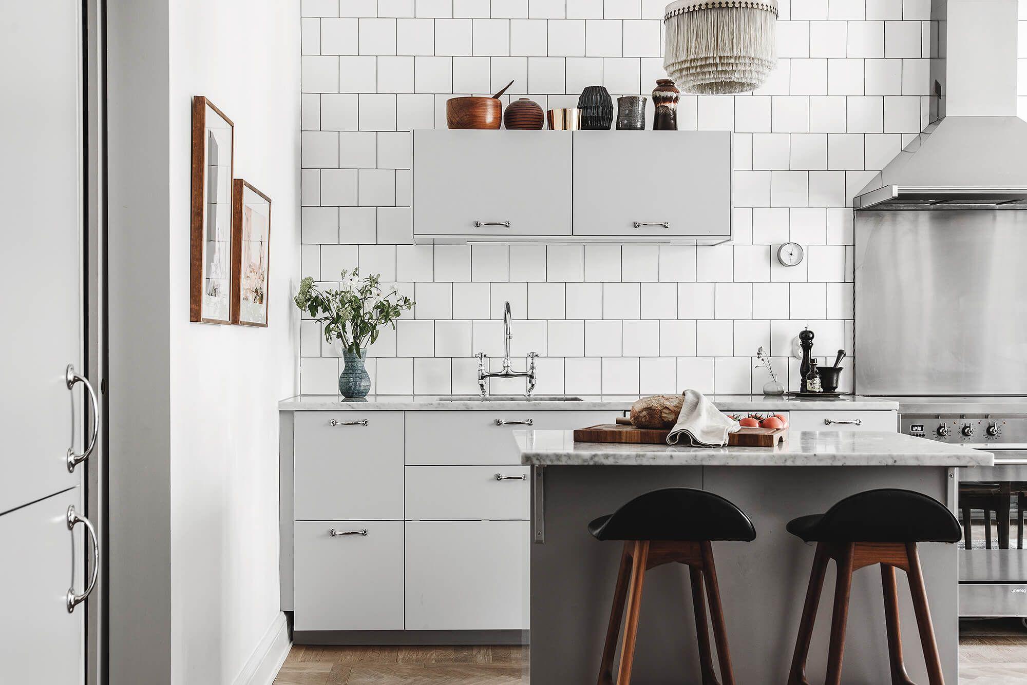Uma das principais características da cozinha escandinava é a amplitude a iluminação.