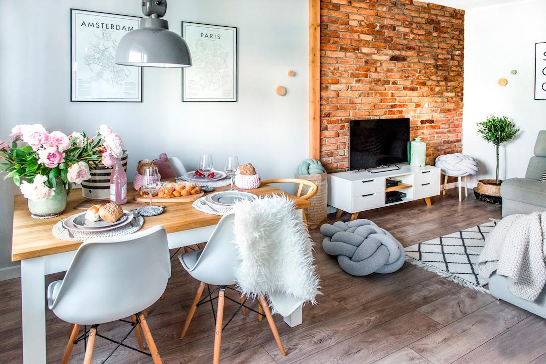 O estilo escandinavo tem como características os espaços amplos, iluminação natural, cores neutras, materiais naturais, etc.