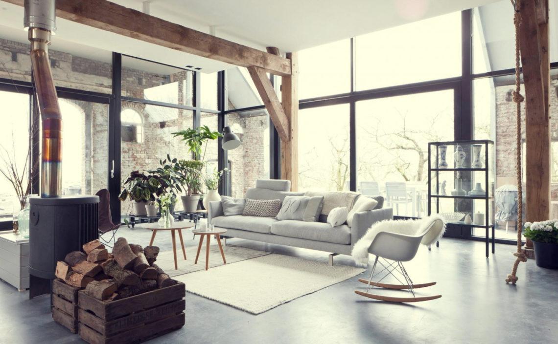 As janelas enormes e as vigas de madeira são elementos muito presentes na decoração em estilo escandinavo.