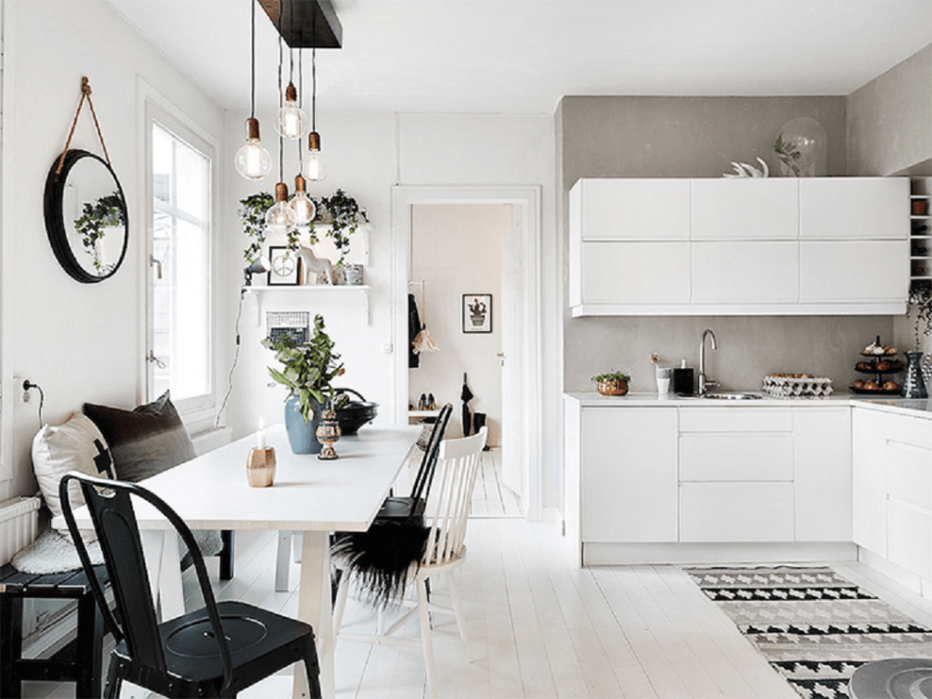 A cozinha escandinava aposta no branco e preto para pequenos contrastes e ambiente marcante.