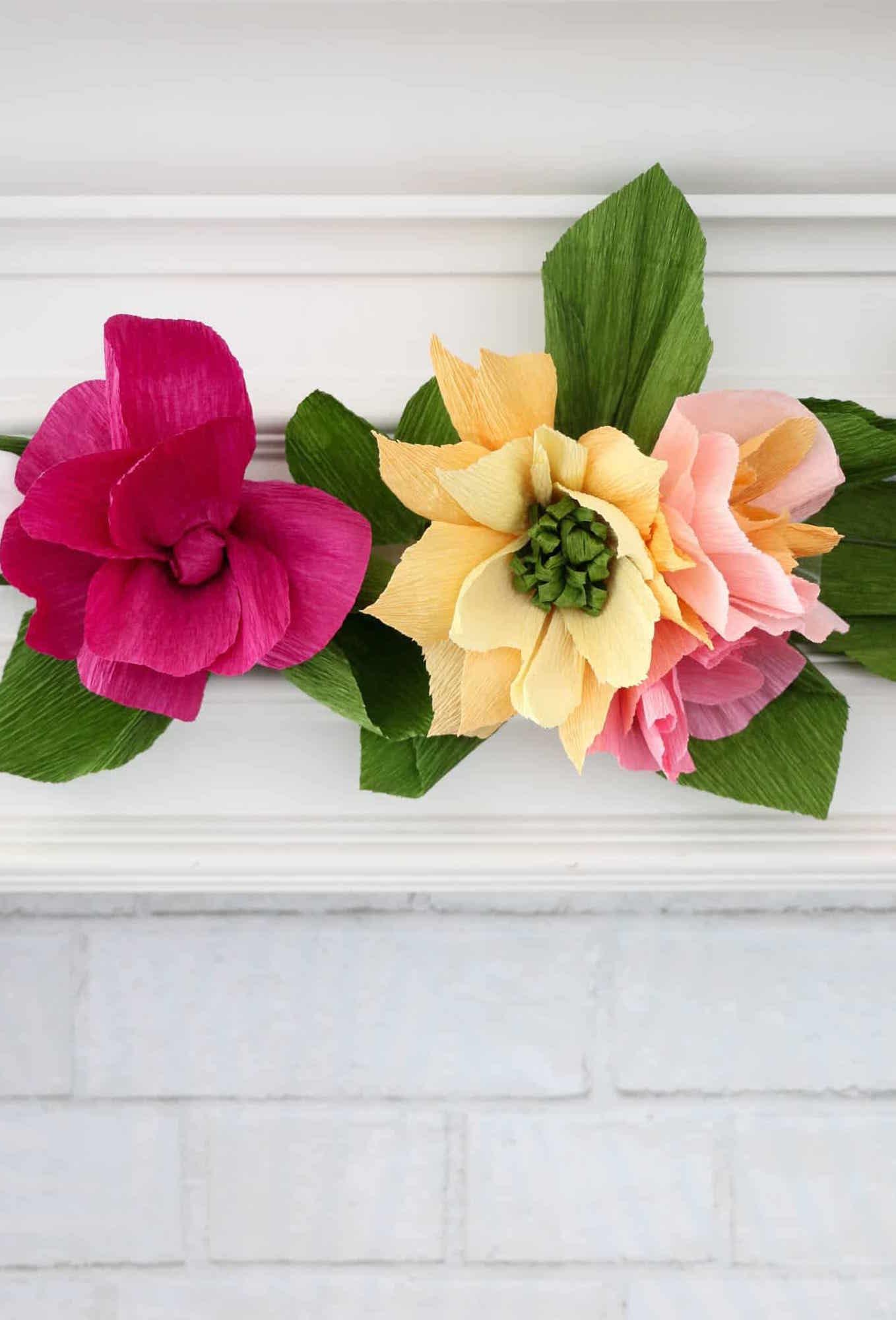 como fazer tiras flor de papel crepom para decorar lareira