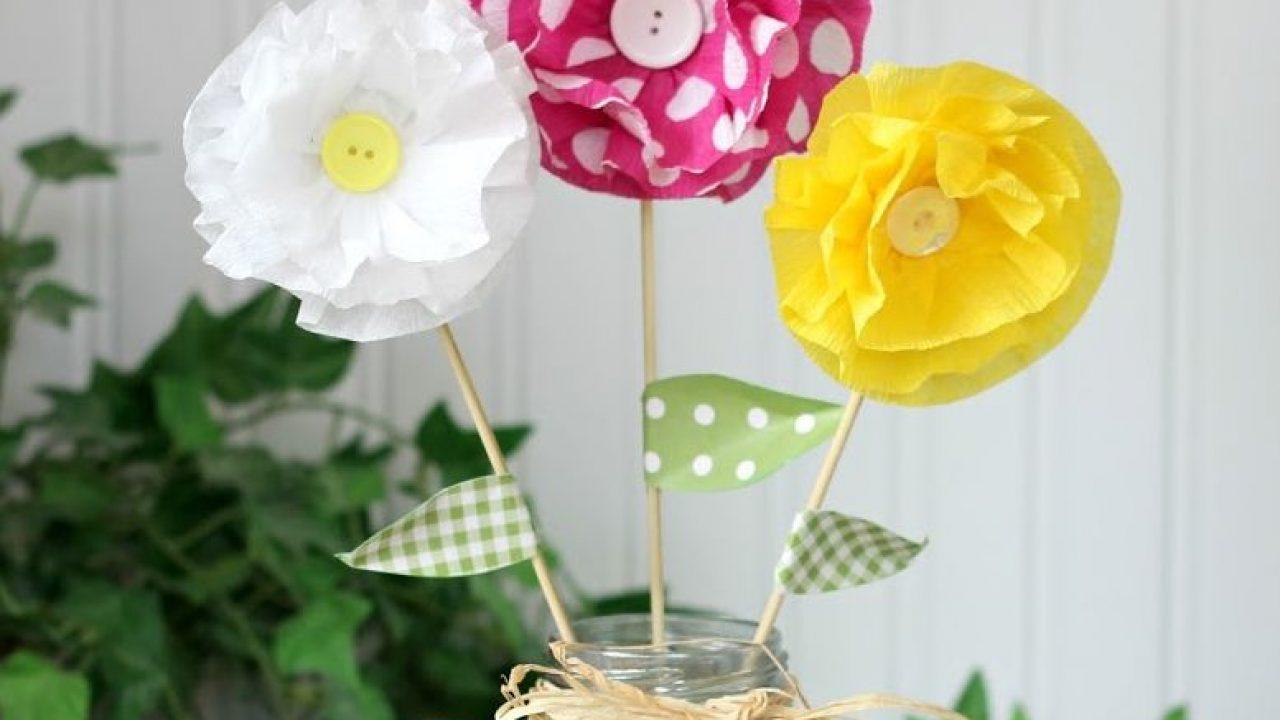 como fazer Flor de papel crepom para vasinho de flor em mesa de convidados.