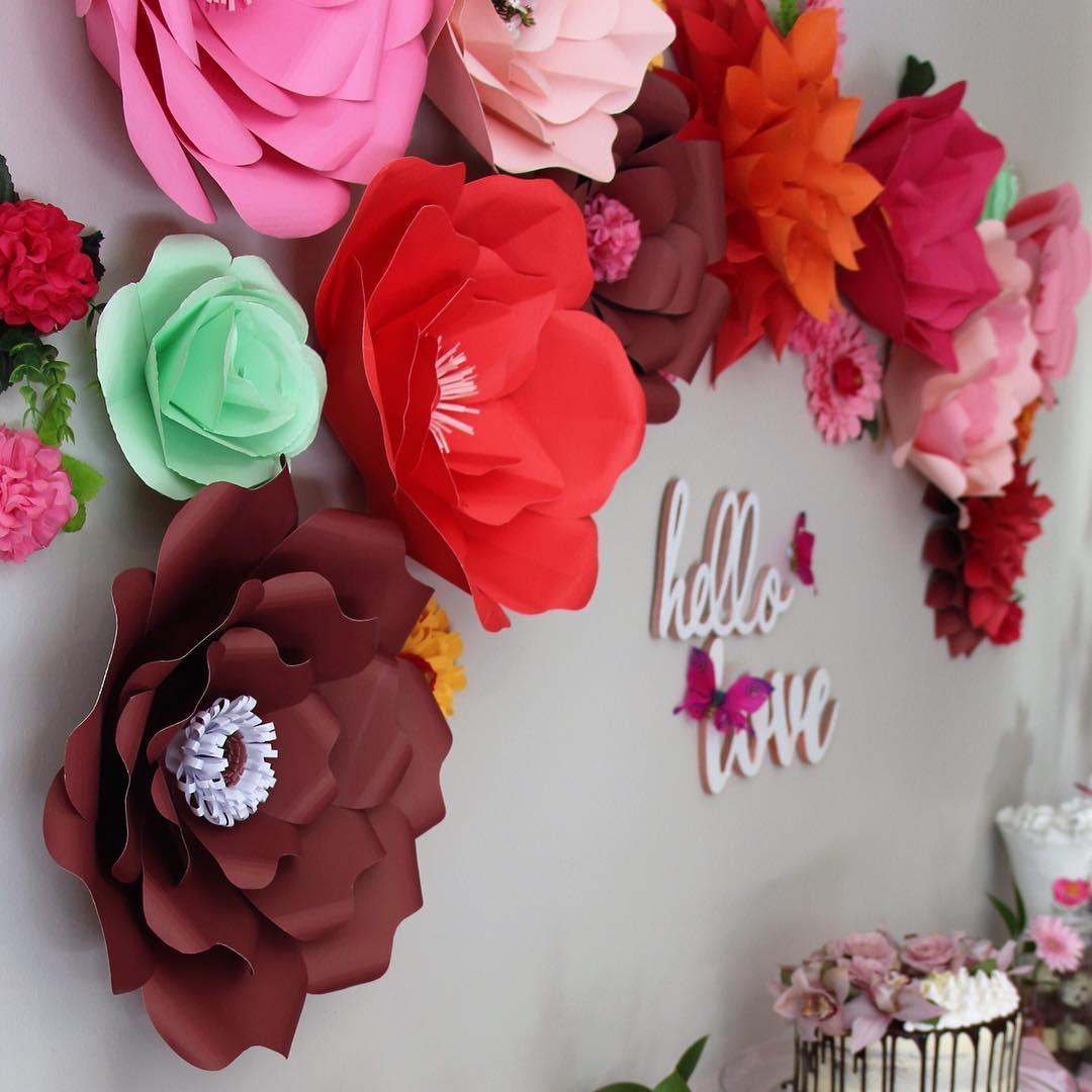 como fazer Flores de papel crepom de estilos e tamanhos variados para painel de festa
