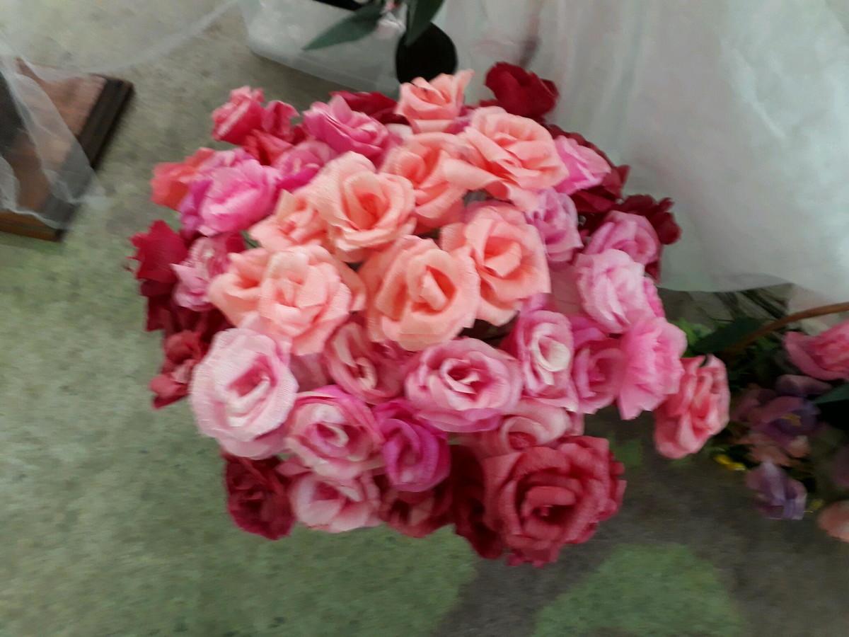 Buquê de flores de papel crepom em vaso no chão