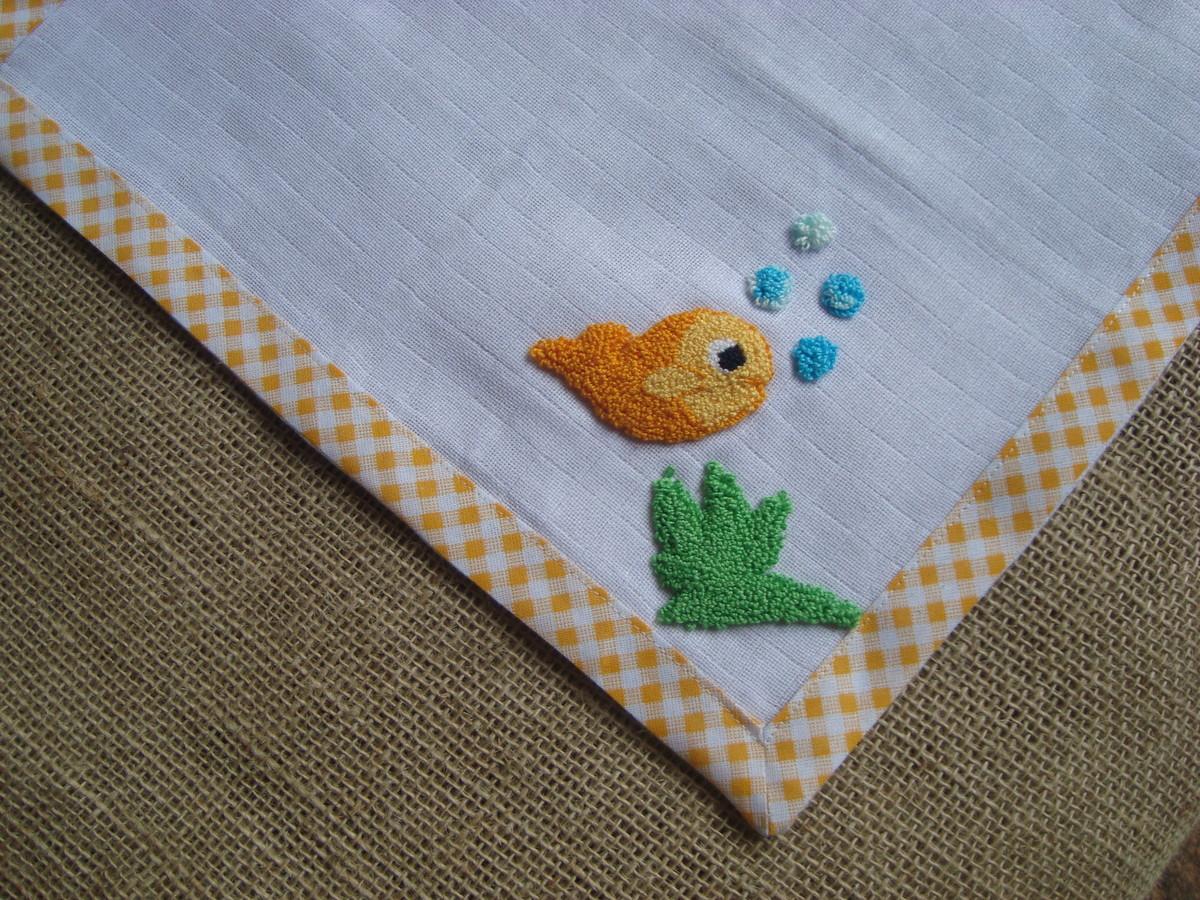 toalha fralda de bebê decorada com peixinho dourado em ponto russo