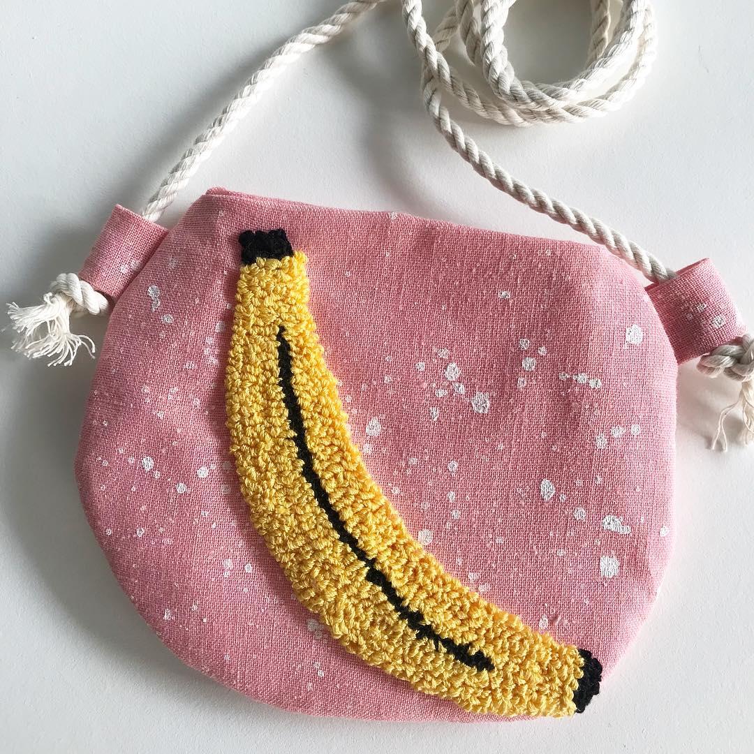 bolsa pintada à mão com aplique de banana em ponto russo