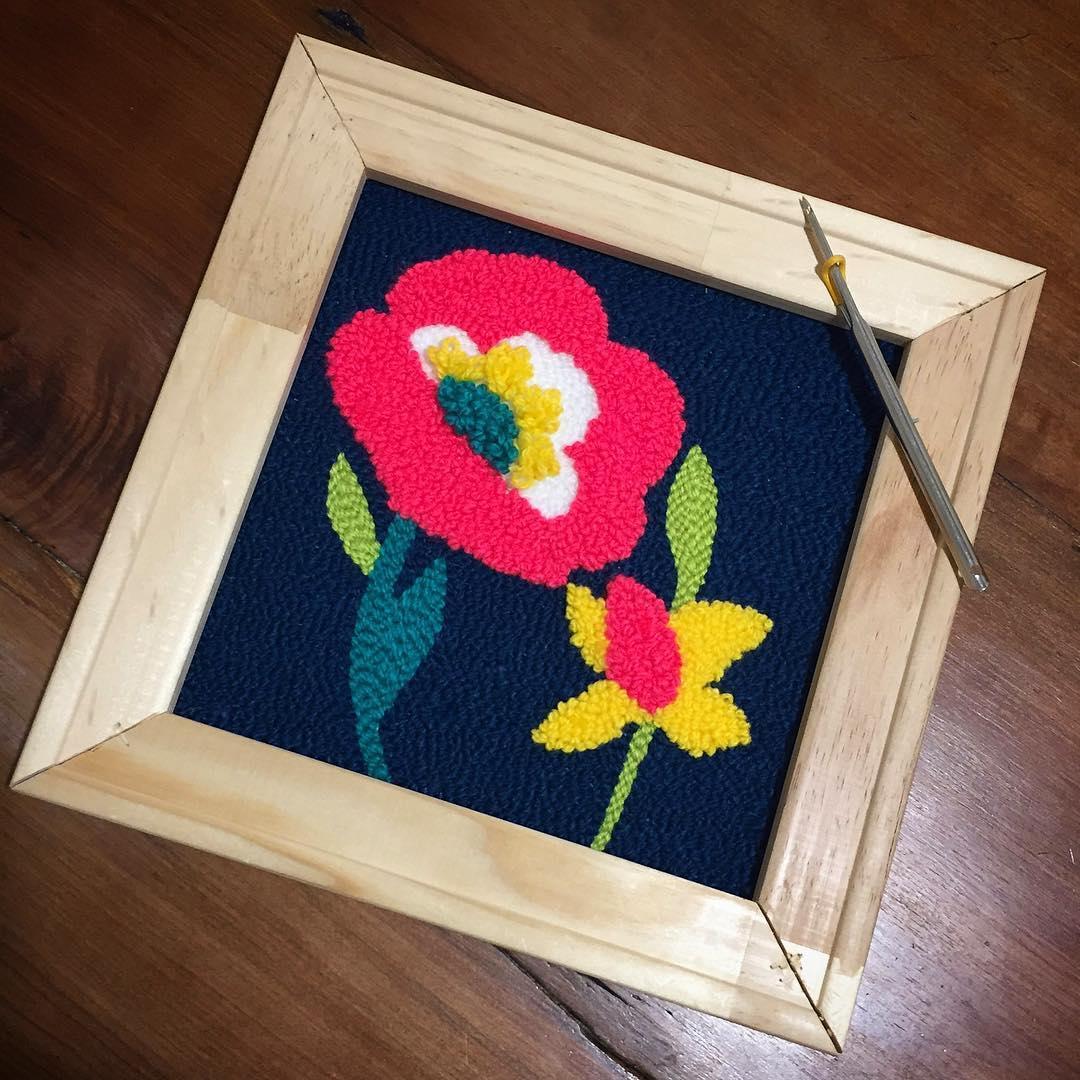 quadrinho com flores bordadas em ponto russo