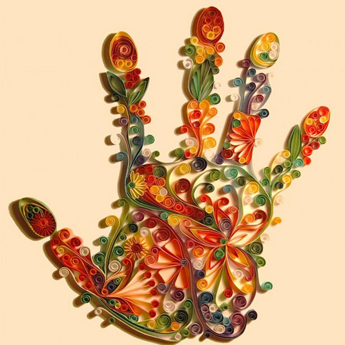 mão colorida em quilling