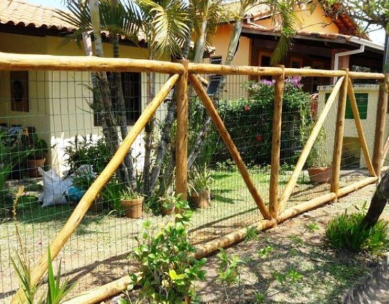 cerca de madeira com tela