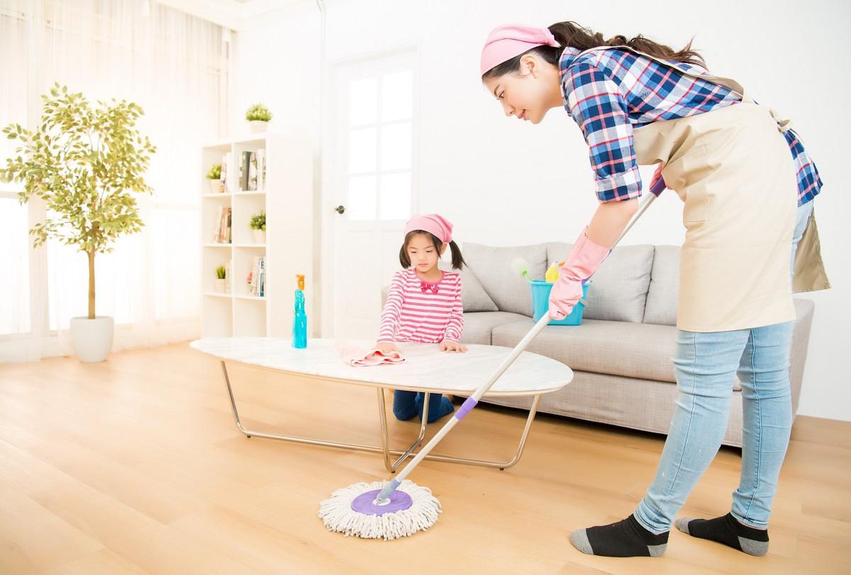 criança ajudando mãe nas tarefas domésticas